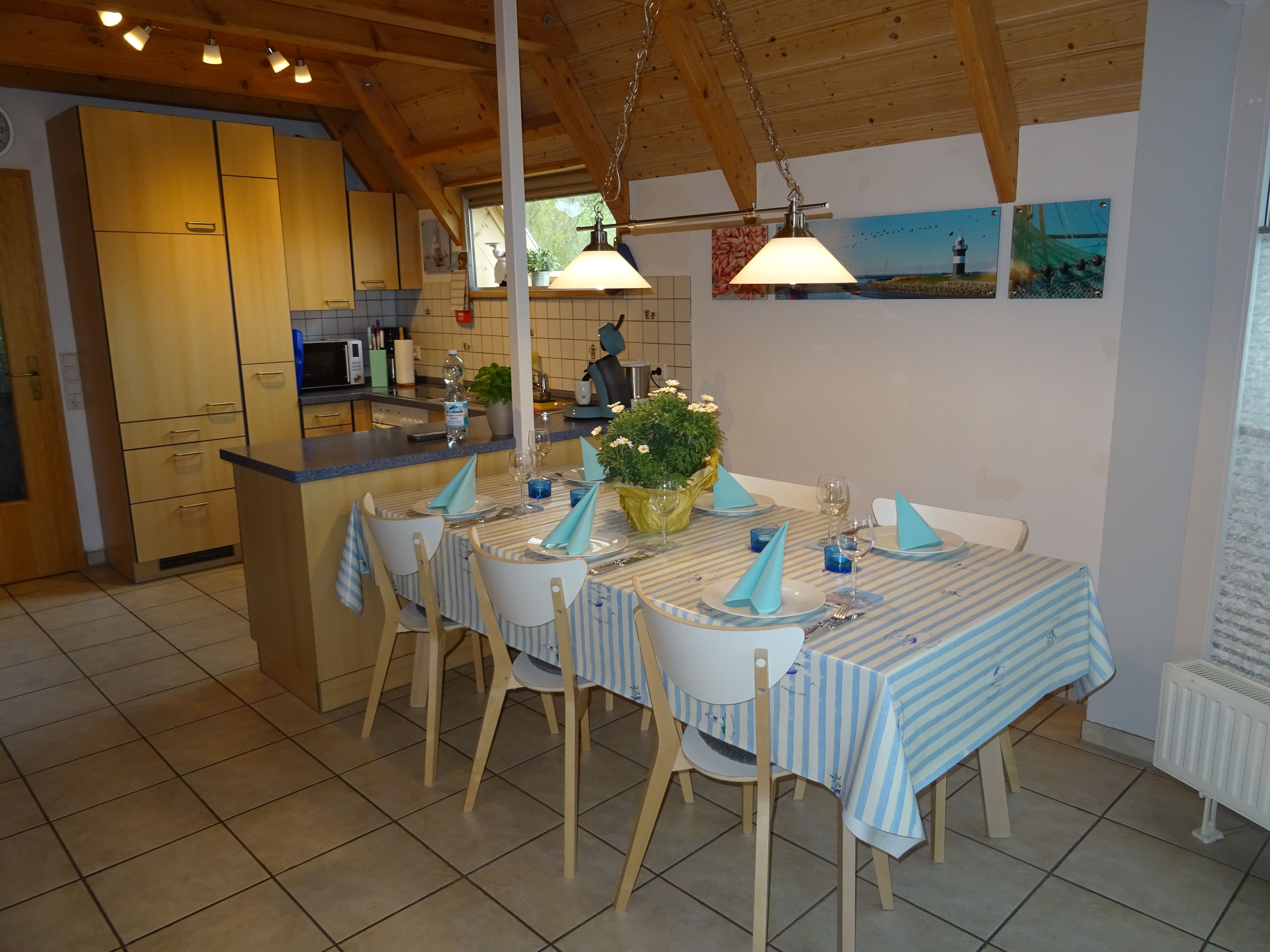Küche mit abschließendem Essbereich