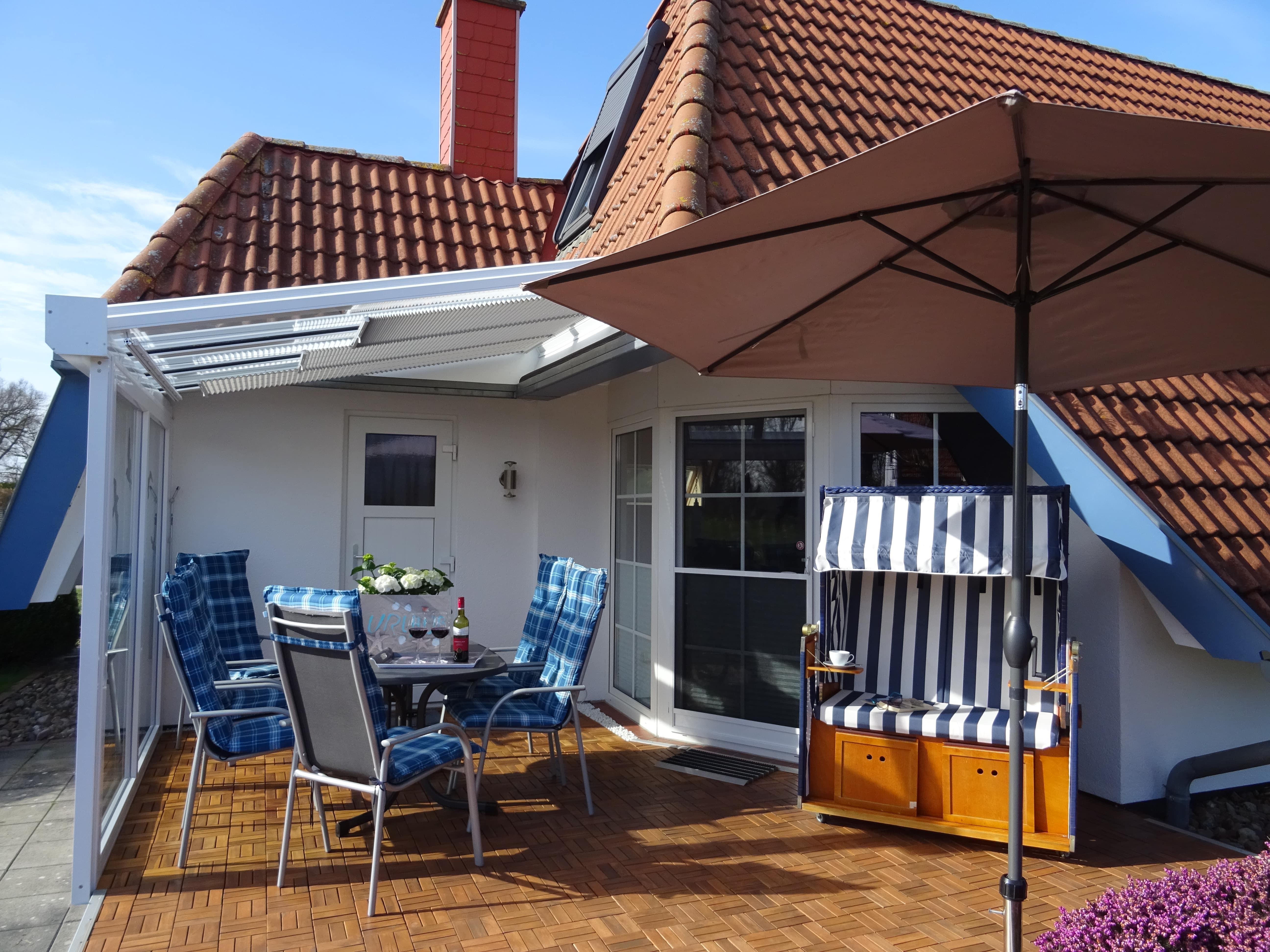 Die Terrasse mit Strandkorb und Gartengarnitur