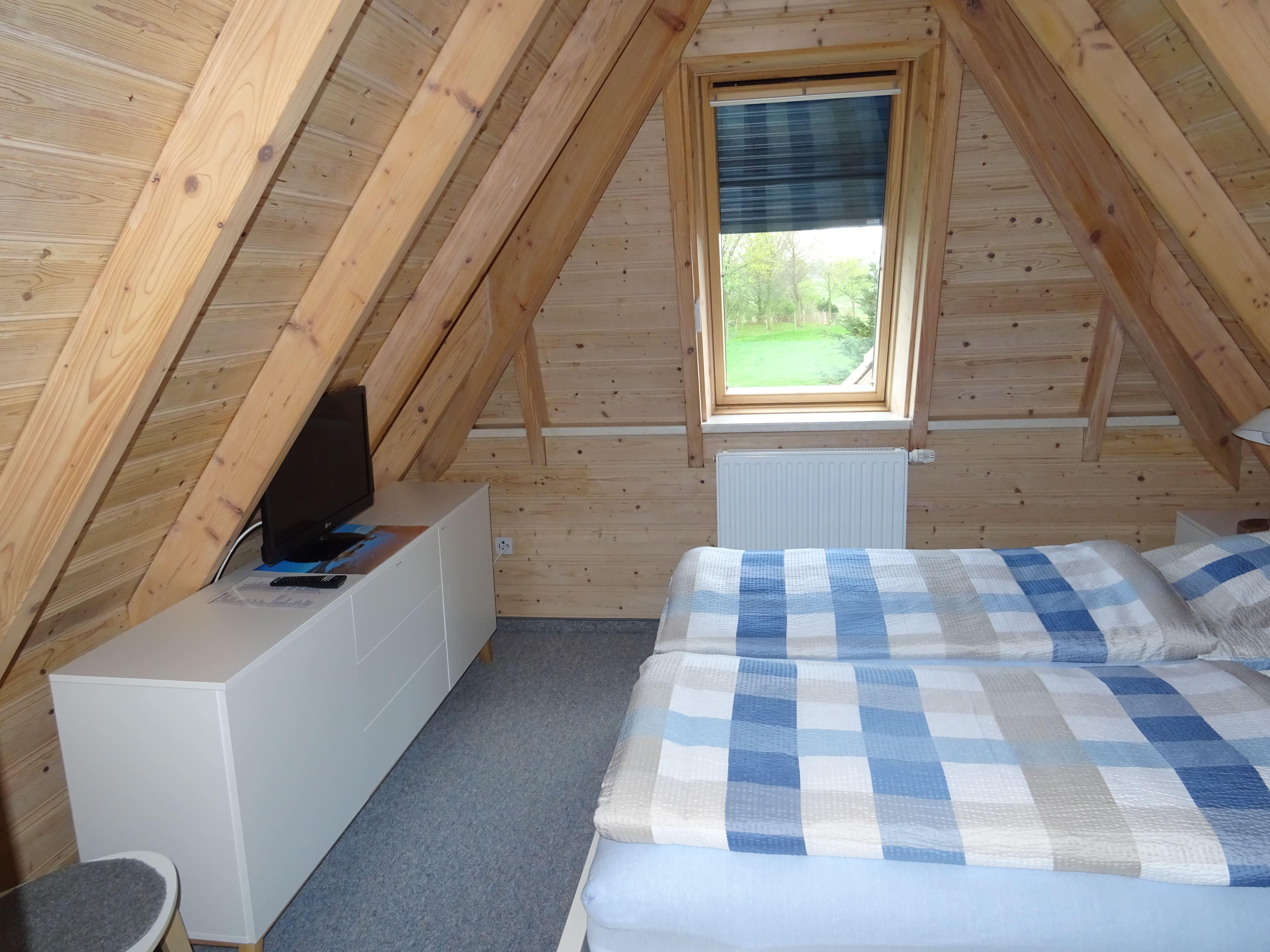 1. Schlafzimmer im OG mit Doppelbett 180x200 cm